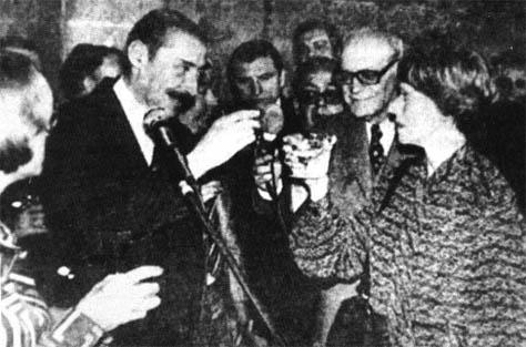 El represor Jorge Rafael Videla y la dueña de Clarín, Ernestina   Noble brindaron por la inauguración de la papelera Papel Prensa