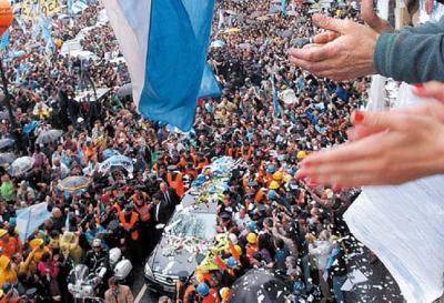 Emotiva despedida a Néstor Kichner. Foto de tapa Diario Tiempo Argentino, 30 de octubre de 2010